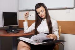 εργασία γυναικών επιχειρησιακής σκέψης Στοκ φωτογραφία με δικαίωμα ελεύθερης χρήσης