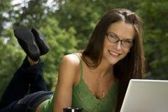 εργασία γυναικών πάρκων στοκ εικόνα με δικαίωμα ελεύθερης χρήσης