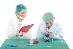 εργασία γυναικών χημικών Στοκ εικόνες με δικαίωμα ελεύθερης χρήσης