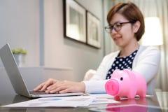 εργασία γυναικών lap-top στοκ φωτογραφία