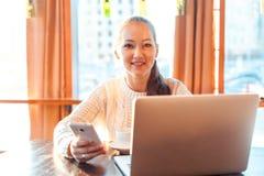 εργασία γυναικών lap-top Στοκ φωτογραφία με δικαίωμα ελεύθερης χρήσης
