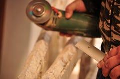 Εργασία γύρω από το σπίτι με ένα κυκλικό πριόνι Στοκ φωτογραφία με δικαίωμα ελεύθερης χρήσης