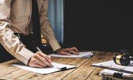 Εργασία δικηγόρων σκληρή η γραφική εργασία εργασίας του στο γραφείο, τρύγος pictur Στοκ Εικόνα