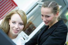 εργασία δύο γυναικών Στοκ εικόνες με δικαίωμα ελεύθερης χρήσης