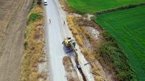 Εργασία εκσκαφέων Backhoe που αφαιρεί τους σωλήνες απόθεμα βίντεο
