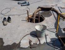 Εργασία επισκευής για τις επικοινωνίες χρησιμότητας νερού πόλεων Στοκ Φωτογραφία