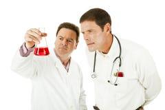 εργασία επιστημόνων γιατ&rho Στοκ φωτογραφία με δικαίωμα ελεύθερης χρήσης