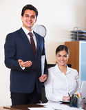 Εργασία επιχειρηματιών και γραμματέων στην αρχή Στοκ Φωτογραφίες