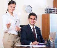 Εργασία επιχειρηματιών και γραμματέων στην αρχή Στοκ Φωτογραφία