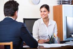 Εργασία επιχειρηματιών και γραμματέων στην αρχή Στοκ Εικόνες