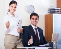 Εργασία επιχειρηματιών και γραμματέων στην αρχή Στοκ εικόνες με δικαίωμα ελεύθερης χρήσης