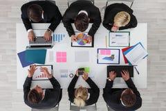 Εργασία επιχειρηματιών με τις στατιστικές Στοκ εικόνα με δικαίωμα ελεύθερης χρήσης