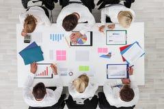 Εργασία επιχειρηματιών με τις στατιστικές Στοκ φωτογραφίες με δικαίωμα ελεύθερης χρήσης