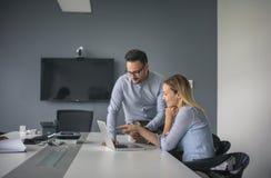 Εργασία επιχειρησιακών γυναικών και επιχειρησιακών ανδρών μαζί στην αρχή Busi Στοκ Φωτογραφία