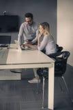Εργασία επιχειρησιακών γυναικών και επιχειρησιακών ανδρών μαζί στην αρχή Busi Στοκ φωτογραφίες με δικαίωμα ελεύθερης χρήσης