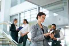 Εργασία επιχειρησιακών γυναικών στο σύγχρονο γραφείο Στοκ εικόνα με δικαίωμα ελεύθερης χρήσης