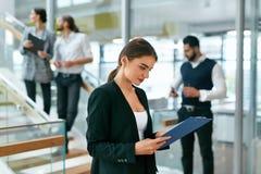 Εργασία επιχειρησιακών γυναικών στο σύγχρονο γραφείο Στοκ Εικόνες