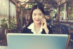 Εργασία επιχειρησιακών γυναικών χαμόγελου νέα ασιατική εκτελεστική Στοκ φωτογραφία με δικαίωμα ελεύθερης χρήσης