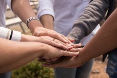 Εργασία επιχειρησιακών ομάδων, σωρός των χεριών Στοκ εικόνες με δικαίωμα ελεύθερης χρήσης