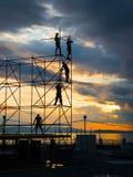 εργασία εργαζομένων υλικών σκαλωσιάς κατασκευής Στοκ φωτογραφία με δικαίωμα ελεύθερης χρήσης