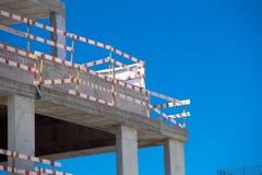 Εργασία εργοτάξιων οικοδομής οικοδόμησης ενάντια στο μπλε ουρανό Στοκ Φωτογραφία