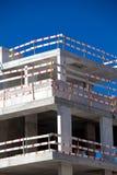 Εργασία εργοτάξιων οικοδομής οικοδόμησης ενάντια στο μπλε ουρανό Στοκ Εικόνες