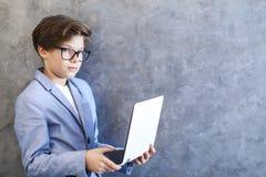 εργασία εφήβων lap-top αγοριών Στοκ εικόνες με δικαίωμα ελεύθερης χρήσης