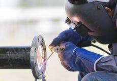 Εργασία και διοχέτευση με σωλήνες συγκόλλησης Στοκ φωτογραφία με δικαίωμα ελεύθερης χρήσης
