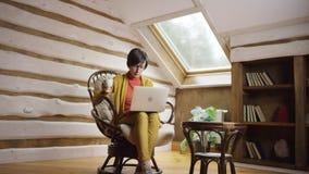 Εργασία και καφές στη σοφίτα απόθεμα βίντεο