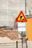 Εργασία και σημάδι οδοποιίας σε ένα εργοτάξιο οικοδομής Προειδοποιητικό σημάδι κάτω από την κατασκευή Στοκ Φωτογραφία