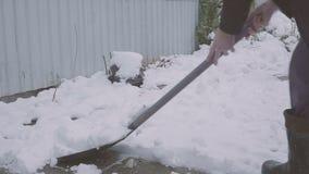 Εργασία μετά από τη χιονώδη νύχτα Άτομο με ένα φτυάρι που αφαιρεί το χιόνι από το ναυπηγείο του σε ένα κρύο χιονώδες πρωί φιλμ μικρού μήκους