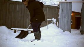 Εργασία μετά από τη χιονώδη νύχτα Άτομο με ένα φτυάρι που αφαιρεί το χιόνι από το ναυπηγείο του σε ένα κρύο χιονώδες πρωί απόθεμα βίντεο