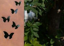 Εργασία μετάλλων πεταλούδων Το πιάτο χυτοσιδήρου με καλλιτεχνικό διαμορφώνει butterly Στοκ Φωτογραφίες
