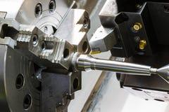 Εργασία μετάλλων που επεξεργάζεται τη διαδικασία στη μηχανή από το εργαλείο κοπής CNC λ Στοκ Φωτογραφία