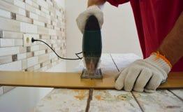 Εργασία με ένα ηλεκτρικό τορνευτικό πριόνι Στοκ εικόνα με δικαίωμα ελεύθερης χρήσης