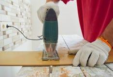 Εργασία με ένα ηλεκτρικό τορνευτικό πριόνι Στοκ φωτογραφίες με δικαίωμα ελεύθερης χρήσης