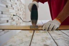 Εργασία με ένα ηλεκτρικό τορνευτικό πριόνι Στοκ Φωτογραφία