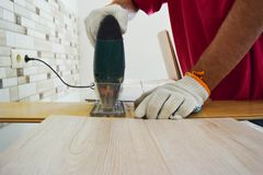 Εργασία με ένα ηλεκτρικό τορνευτικό πριόνι Στοκ φωτογραφία με δικαίωμα ελεύθερης χρήσης