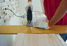 Εργασία με ένα ηλεκτρικό τορνευτικό πριόνι Στοκ Εικόνα