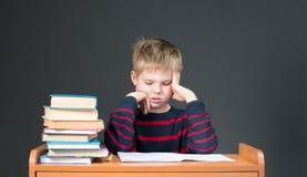 εργασία Μελέτες τρυπώντας σχολείου Έτσι κουρασμένος της εργασίας στοκ φωτογραφία με δικαίωμα ελεύθερης χρήσης