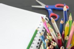 Εργασία με τα χρωματισμένα μολύβια Στοκ φωτογραφία με δικαίωμα ελεύθερης χρήσης