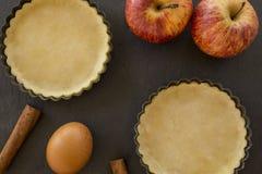 Εργασία με τη ζύμη Μορφή για το ψήσιμο και συστατικά για την πίτα μήλων Στοκ εικόνες με δικαίωμα ελεύθερης χρήσης