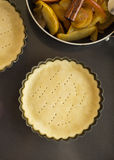 Εργασία με τη ζύμη Μορφή για το ψήσιμο και συστατικά για την πίτα μήλων Στοκ Φωτογραφία