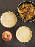 Εργασία με τη ζύμη Μορφή για το ψήσιμο και συστατικά για την πίτα μήλων Στοκ Εικόνες