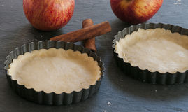Εργασία με τη ζύμη Μορφή για το ψήσιμο και συστατικά για την πίτα μήλων Στοκ φωτογραφία με δικαίωμα ελεύθερης χρήσης