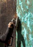 Εργασία με τους τέμνοντες βρόχους μύλων πριόνι-γωνίας Στοκ Εικόνες
