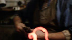 Εργασία με το καυτό μέταλλο απόθεμα βίντεο