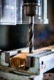 Εργασία με το τρυπάνι δύναμης στο εργαστήριο του ξυλουργού Στοκ Φωτογραφία