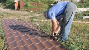 Εργασία με το υλικό υλικού κατασκευής σκεπής Στέγη του μετάλλου Τέμνον μέταλλο τα ηλεκτρικά βουλγαρικά σχεδιαγράμματος Μύγα σπινθ απόθεμα βίντεο