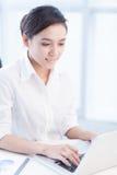 Εργασία με το lap-top στοκ φωτογραφία με δικαίωμα ελεύθερης χρήσης